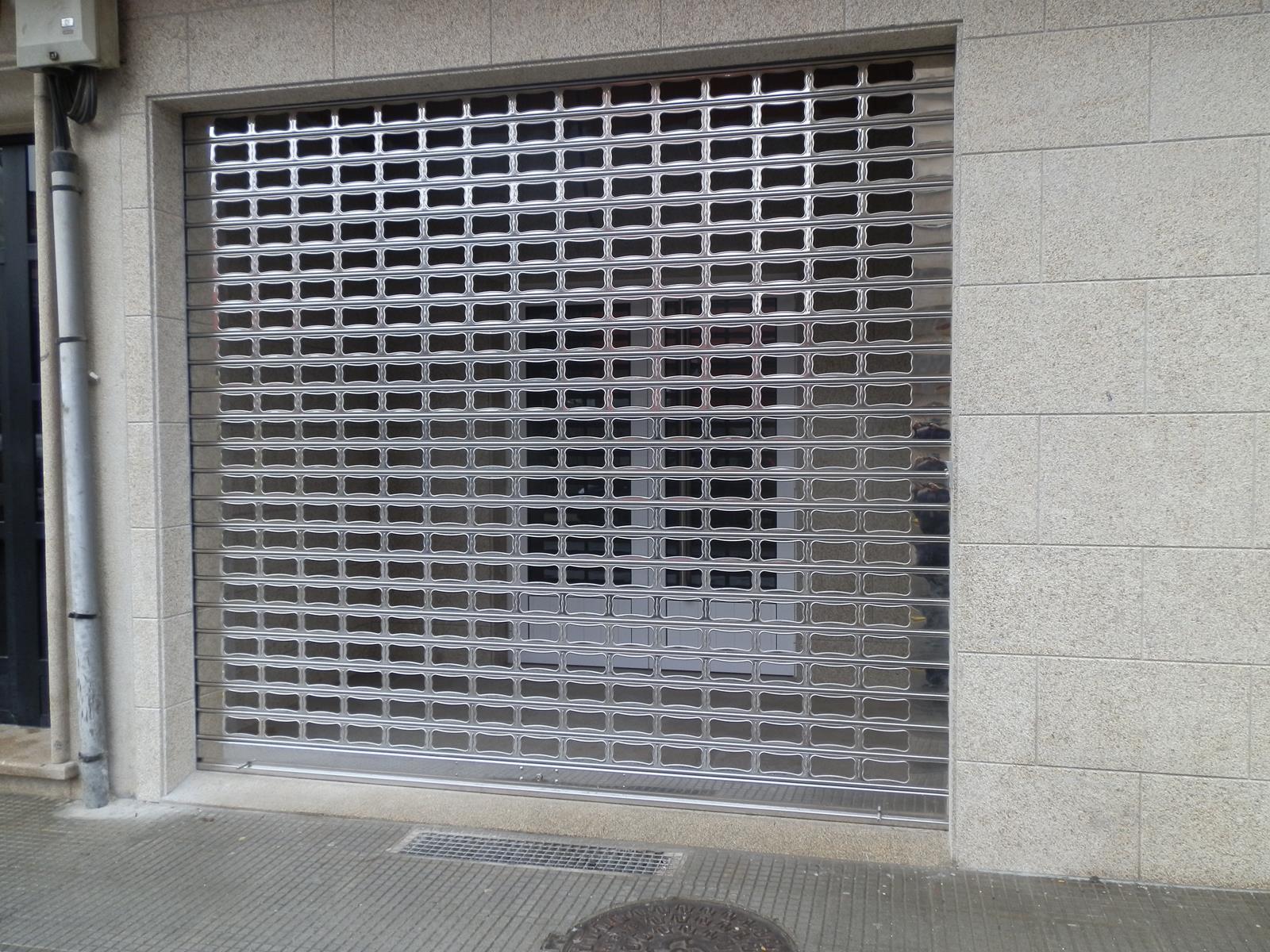 Persianas de seguridad para negocios carpinter a ordes for Persianas para balcones